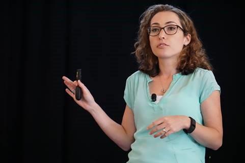 Daniela Witten von der University of Washington mit ihrem Vortrag auf der useR! 2016.