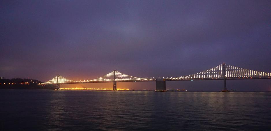 Panorama beim Conference Dinner: Die erleuchtete Golden Gate Bridge