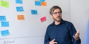 mann-erklärt-vor-whiteboard