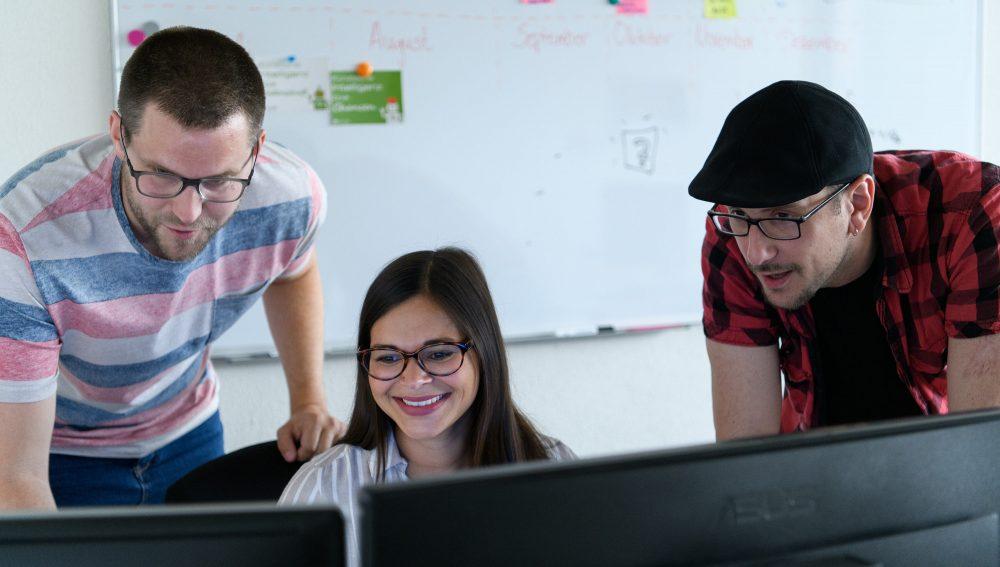 Mitarbeiter im eoda Marketing besprechen neue Inhalte