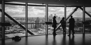 KPI Prognose Versicherer, Personen vor Fenster Wolkenkratzer