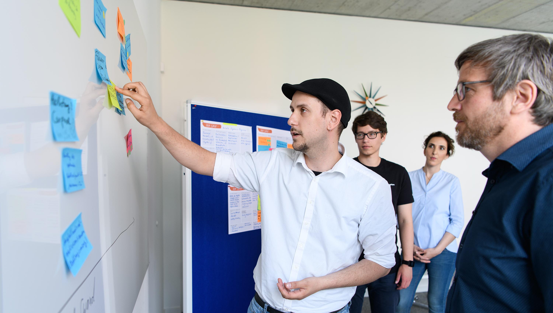 kreativarbeit in einem workshop