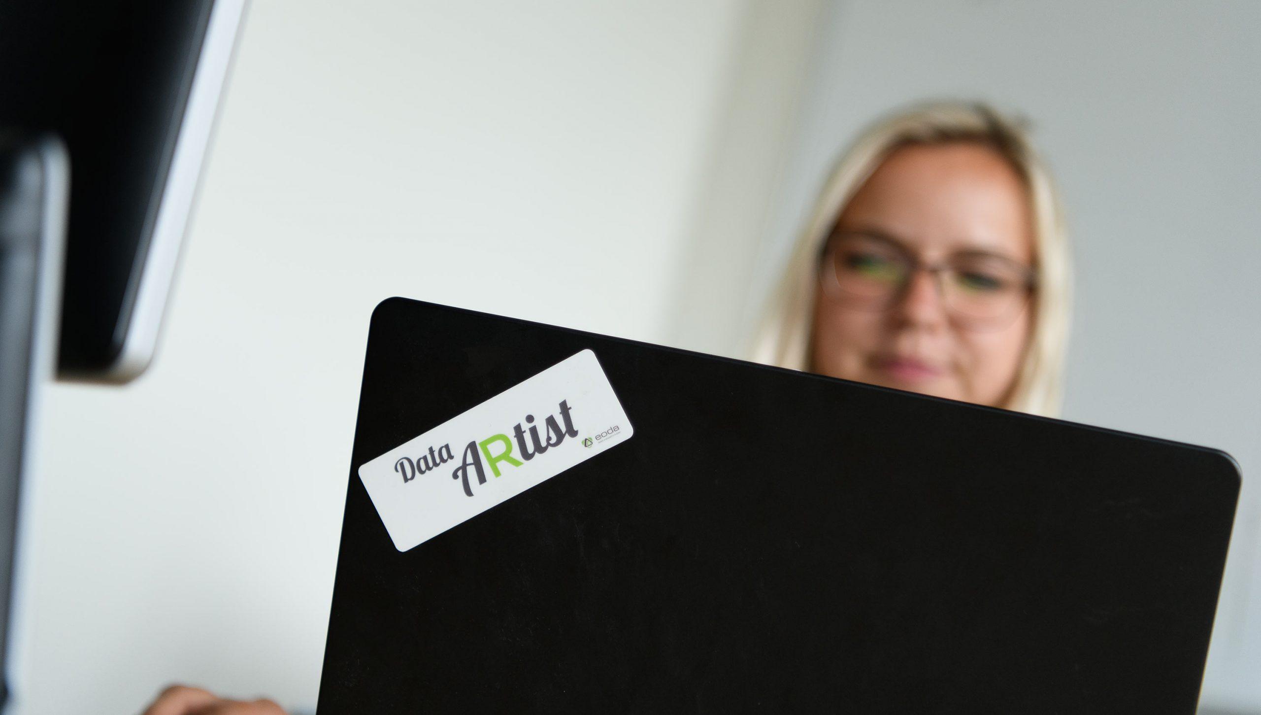 Frau blickt auf ihren Laptop