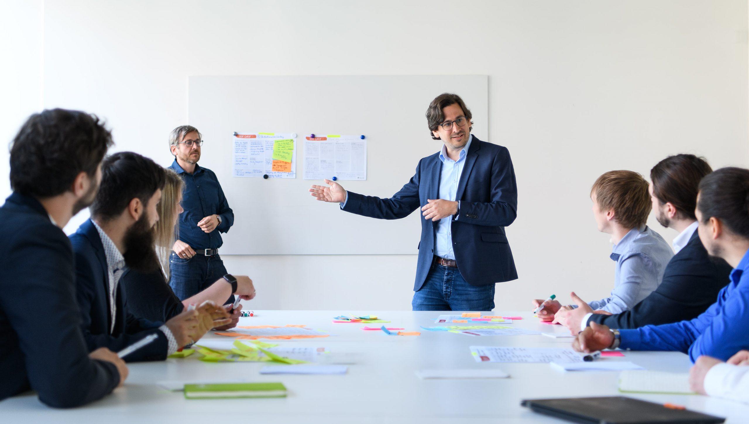 eoda Data Consultant erklärt etwas vor Gruppe