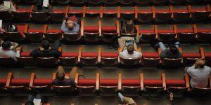 Blick auf Sitzreihen einer Konferenz