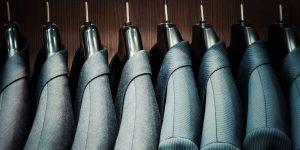 Herrenanzüge hingen an einer Kleiderstange